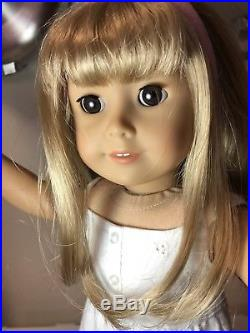 EUC American Girl Doll Gwen in meet outfit, book, pet coconut and extra outfits